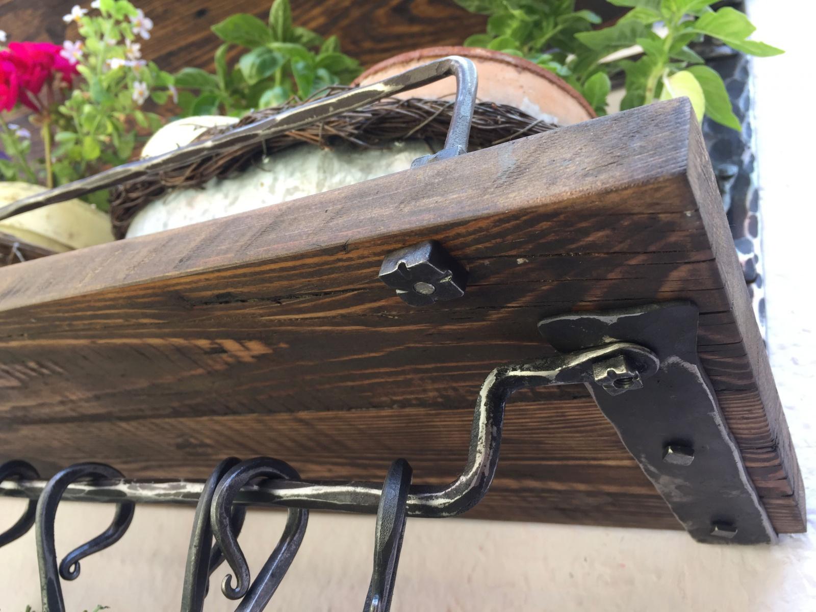 Dvojitá příborníková police určená ovšem nejen do kuchyně. Též ze starého  dřeva a broušené a voskované oceli. 18340bfd42