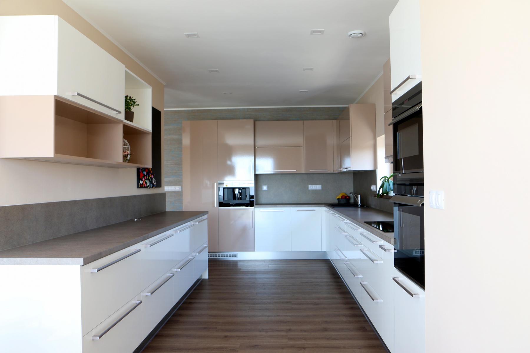 Moderní kuchyn u011b lesklé lamino InHaus cz